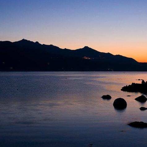 I colori del mare si mischiano a quelli del cielo al tramonto